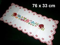 Kalocsai virág mintával kézzel hímzett terítő, futó 74 x 33 cm