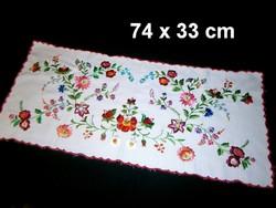 Kalocsai virág mintával kézzel fényes fonallal hímzett terítő, futó 74 x 33 cm