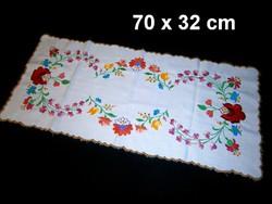 Kalocsai virág mintával kézzel hímzett terítő, futó 70 x 32 cm