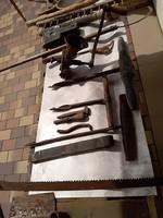 Régi asztalos és mezőgazdasági szerszámok használati tárgyak