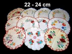 Kalocsai virág mintával kézzel hímzett kerek terítő 22-24 cm darabra