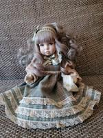 Jelzett olasz, porcelán testű baba gyönyörű kidolgozással és ruhában.
