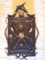 Antik - 1880 - agancs és vaddisznó agyarral díszített fa faragott faliszekrény vadász szekrény