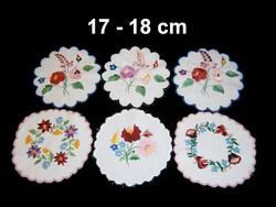 Kalocsai virág mintával kézzel hímzett kerek terítő 17-18 cm darabra