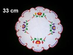 Kalocsai virág mintával kézzel hímzett kerek terítő 33 cm átmérő