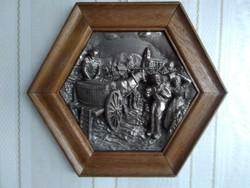 Kézzel készült ón relief /dombormű/ régi falusi szüretről,  hatszögletű fa keretben!