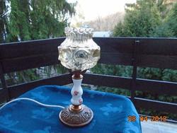 Porcelán és vörösréz asztali lámpa,irizáló dombormintás vastag üveg burával 37 cm