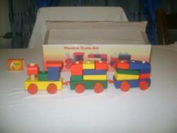 Játék fa vonat építőkockákból dobozában