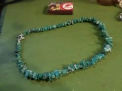 40 cm-es , malachit színű ,  ásvány nyaklánc szabálytalan formájú kövekből .