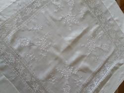 Fehér hímzett asztalterítő