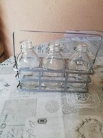 Üvegek fém tartóba