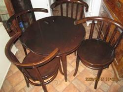 Asztal  négy  székkel