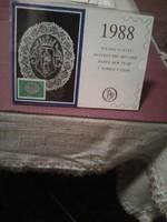 1988 évi különleges, posta-tiszta bélyeggel ellátott halasi csipkék képeslap naptár, tartóval.