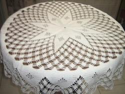 Gyönyörű különleges fehér kézzel horgolt antik kerek csipke terítő