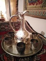 Ezüst kiöntő tálcán, poharakkal