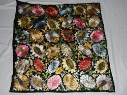 Antik, régi kézi hímzésű, virágos hímzés, terítő