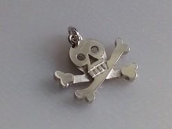 Ezüst koponya, halalfej csontokkal. 925 ös medál