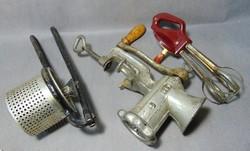 Régi konyhai eszközök daráló , habverő és krumplinyomó