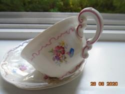 Pajzspecsétes dombormintás virágmintás Zsolnay kávés csésze alátéttel,rózsaszínű díszcsíkokkal