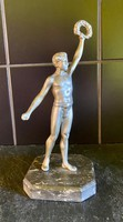 Babérkoszorús Bajnok, győztes férfi kisplasztika szobor