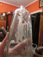 Üvegpalack, hentes-mészáros csiszolt motívumokkal diszítve