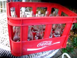 Retro Coca Cola üvegek rekeszben