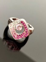 Káprázatos ezüst gyűrű kristály kövekkel ékesítve