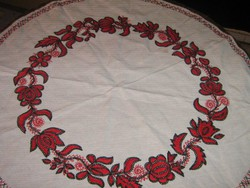 Csodaszép írásos hímzett piros - fekete szőttes terítő