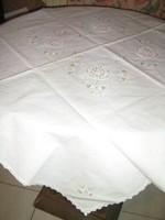 Gyönyörű hófehér horgolt, hímzett vászon terítő