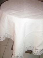 Gyönyörű fehér csipkés szélű szőttes terítő