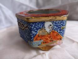 Japán satsuma hatszögletű, kézzel festett, három lábú porcelán edény