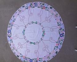 Kör alakú vászonra hímzett terítő