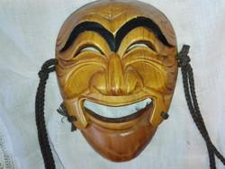 Faragott színházi maszk, mosolygós- nevetős....álla külön mozog.