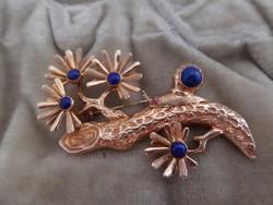 Csigás arany bross / kitűző lapis lazulival és rubin szemekkel