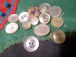 12 db 1,5 - 2,5 cm-es , retro gomb műanyagból és gyöngyházból .