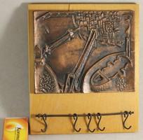 Képcsarnokos bronzírozott dombormű kulcstartó 23