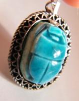 Ezüst filigrán foglalatos kerámia szkarabeusz (scarabeus) medál