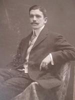 Antik műtermi fotó, fiatal férfi portréja,1909. (Kossak cs. és kir. udvari és kamara fényképésztől)