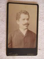 Antik portré-fotó Kozmata Ferencz műterméből: fiatal férfi képmása (1880/90-es évek)