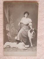 Fiatal nő portréja kutyákkal, műtermi fotó 1909-ből