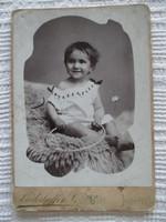Kislány karikával: műtermi fotó az 1900-as évekből, Liederhoffer Vilmos Király utczai műterméből
