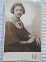 Fiatal lány arcképe: műtermi fotó 1935-ből
