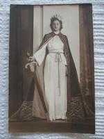 Fiatal nő jelmezben: műtermi fotó 1940-ből Fehér József fényképész műterméből