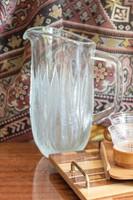 Súlyos retro üvegkancsó, limonádés kiöntő oldalán domború levélmintával  - midcentury modern design