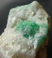 Természetes Berill variáns Smaragd kristályok a kalcit anyakőzetben. 33 gramm.