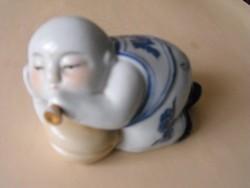 Furulyázó, fekvő kis buddha, porcelán