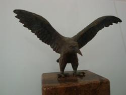 Turul madár szobra