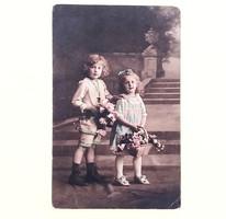 Régi képeslap 1915 gyerekek rózsákkal