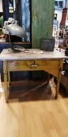 Varróasztal, régi kopottas sárga asztal, kis asztal, loft, industrial, vintage