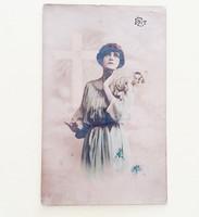Régi képeslap 1920 körül nő virággal kereszttel